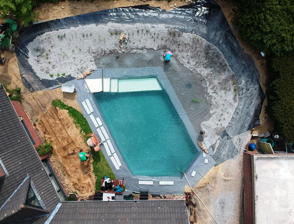 Schwimmteich im Bau von oben