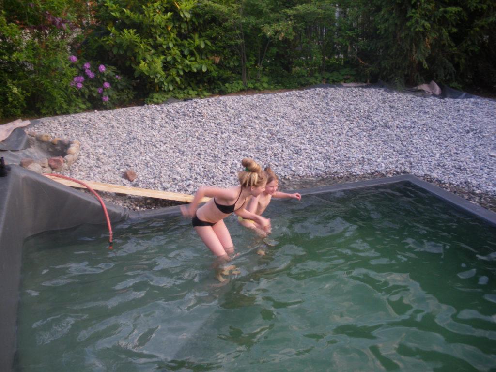 Badespaß im fast fertigen Teich