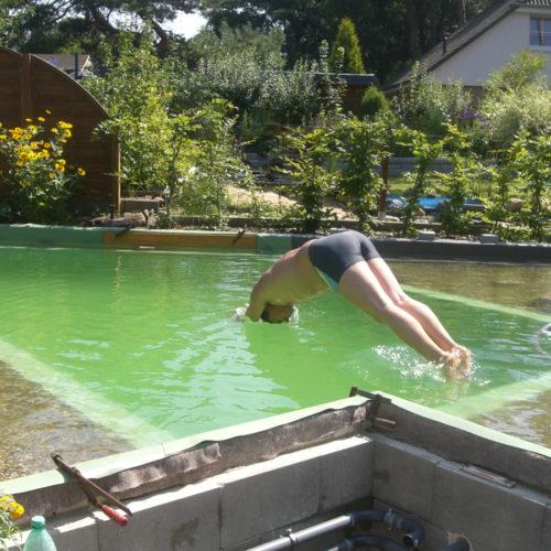 Badespaß im fertigen Schwimmteich