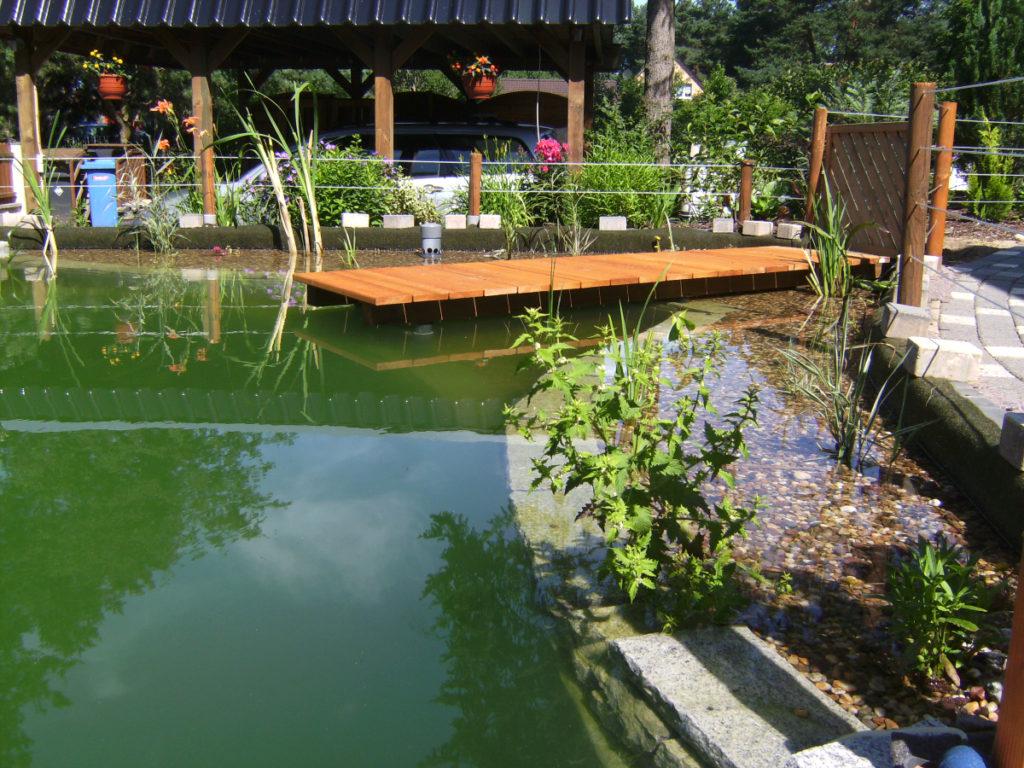 Fertiger Schwimmteich mit Steg