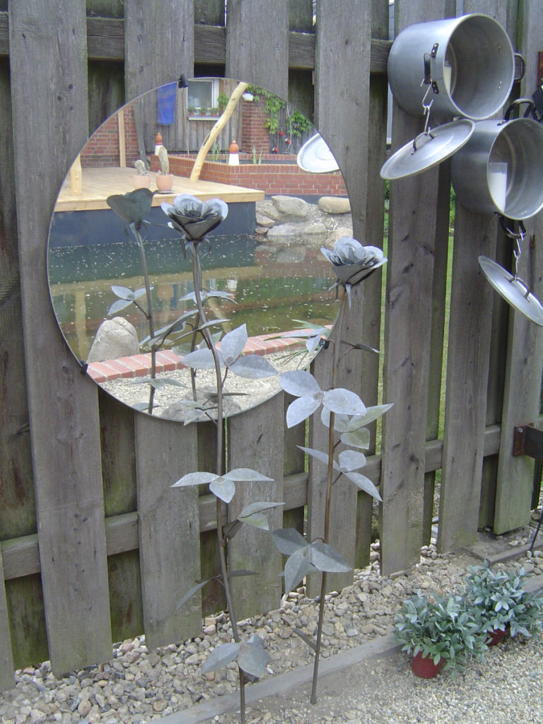 Spiegel und geschweißte Pflanzen