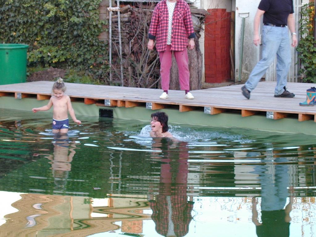Badespaß im fertigen Teich