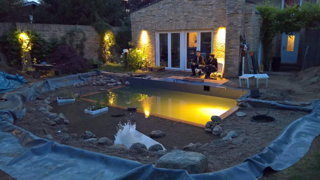 Schwimmteich beleuchtet