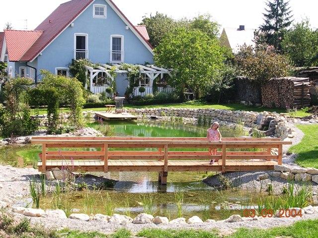 Fertiger Teich mit Brücke