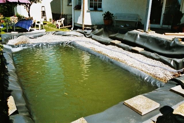 Schwimmteich im Bau, bereits gefüllt