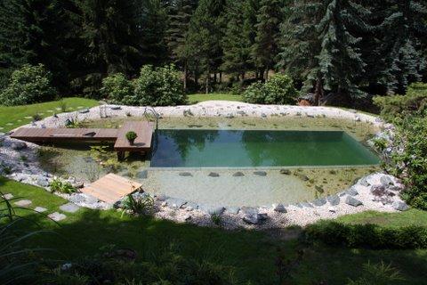Fertiger Teich mit Steg
