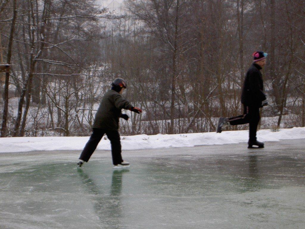 Schlittschulaufen auf zugefrorenem Teich