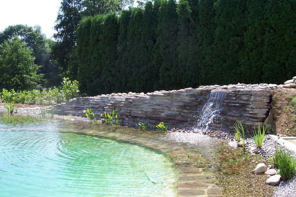 Mauer mit fertigem Teich