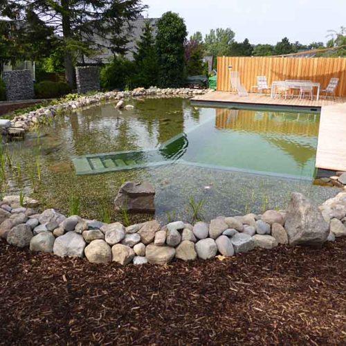 Fertiger Schwimmteich mit Terrasse