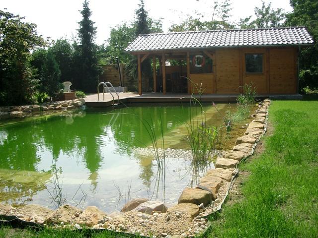 Fertiger Teich mit Gartenhaus