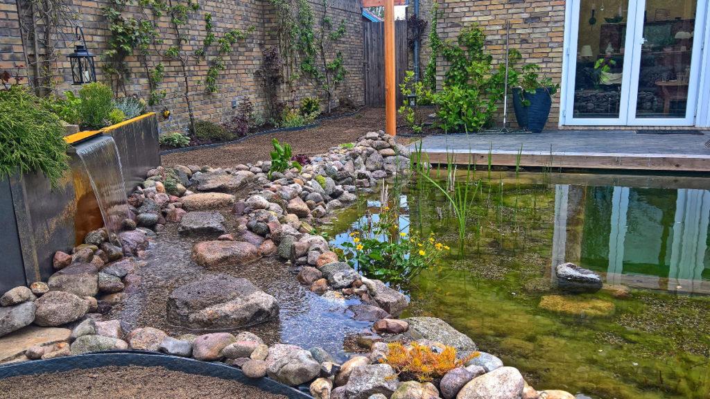 Fertiger Schwimmteich mit Wasserspiel und Wasserlauf