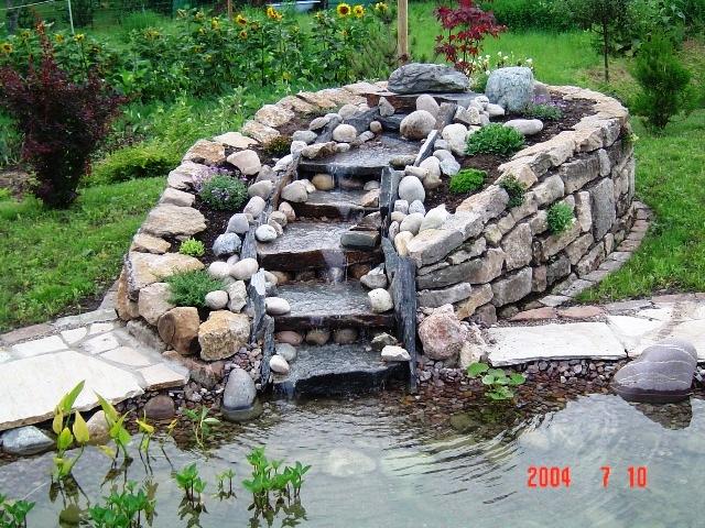 Zierteich mit Wasserfall